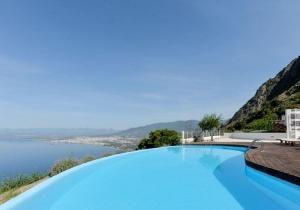 Geniet van het uitzicht in Peloponnesos, Griekenland. Incl. vlucht en huurauto