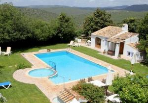 Naar de Algarve in mei! Logies met zwembad, incl. vliegtickets en huurauto