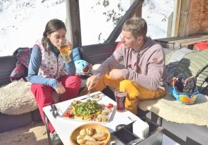 Op heerlijke zonneterrassen aan de piste genieten van culinaire hoogstanden