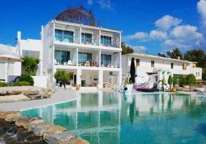 Vertrek in juli naar Hotel Kouros in Rhodos en profiteer van € 45 korting! Geniet van de zon, inclusief huurauto en ontbijt