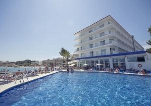Ontdek de schitterende baai van San Antonio Bahia op Ibiza! Mar Amantis I biedt een schitterend uitzicht en ligt vlak aan het strand