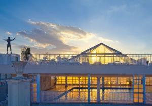 Levendig hotel aan de Costa Blanca met groot overdekt zwembad, vlak bij centrum